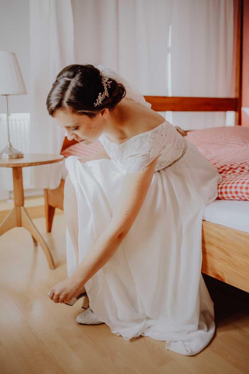 Braut zieht sich ihre Schuhe an