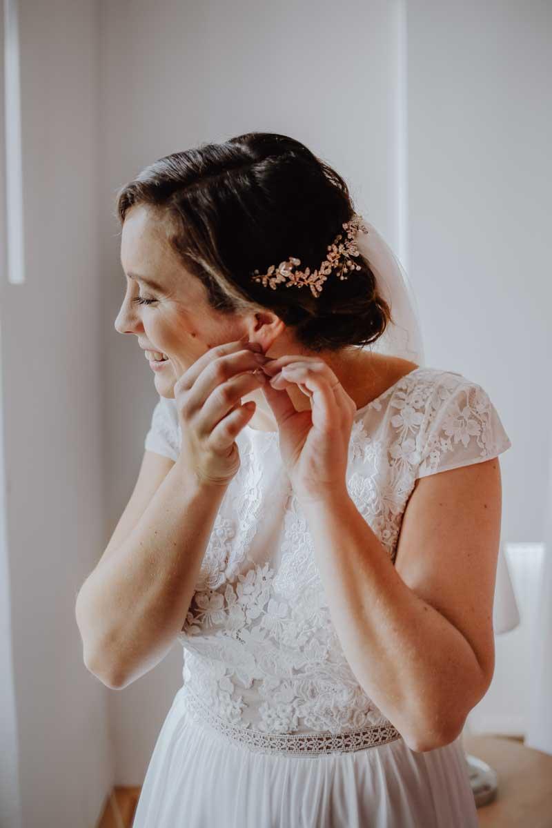 Braut steckt Ohrring an