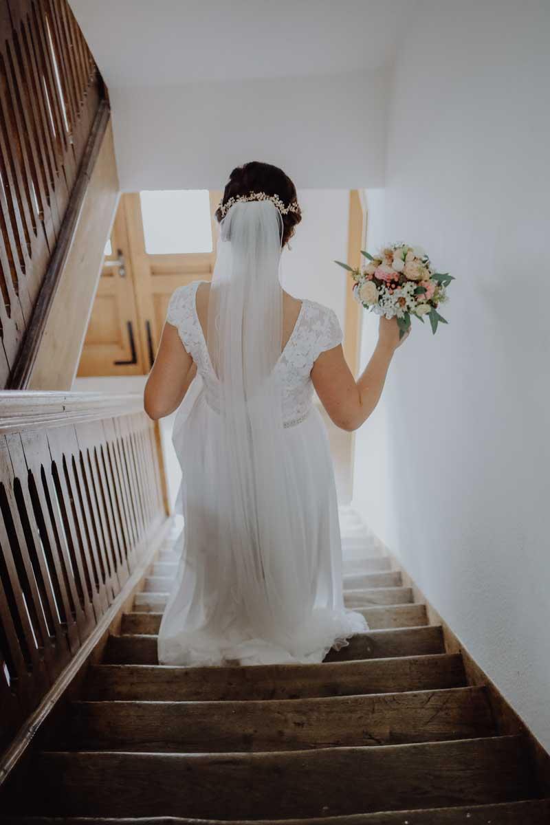 Braut geht die Treppe hinunter