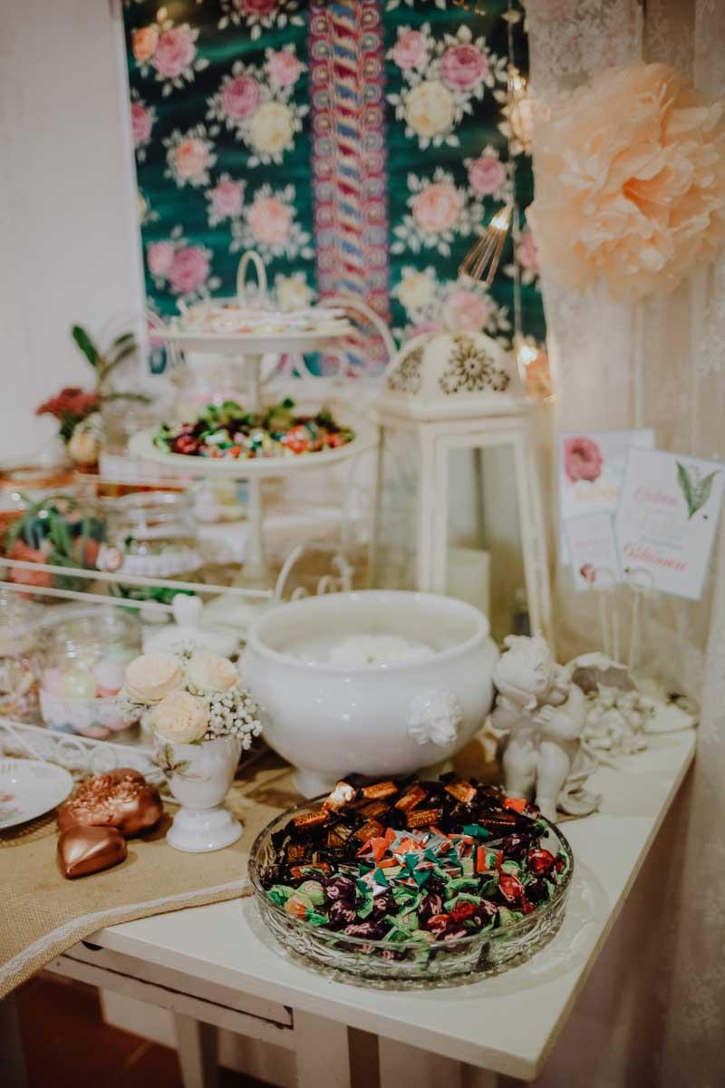 Tisch mit Süßigkeiten