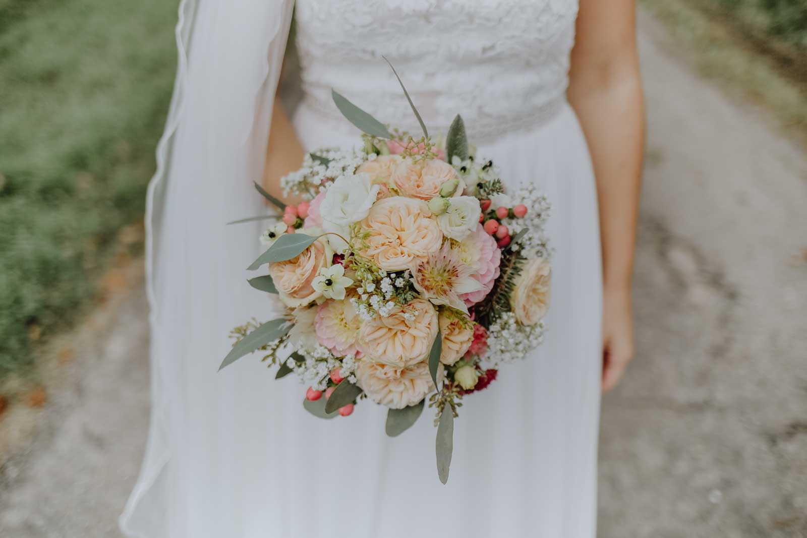 Brautstrauß mit Nelken und Eukalyptus