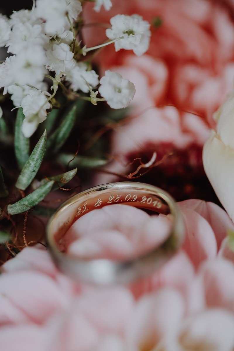 Ring mit Gravur und Blumen