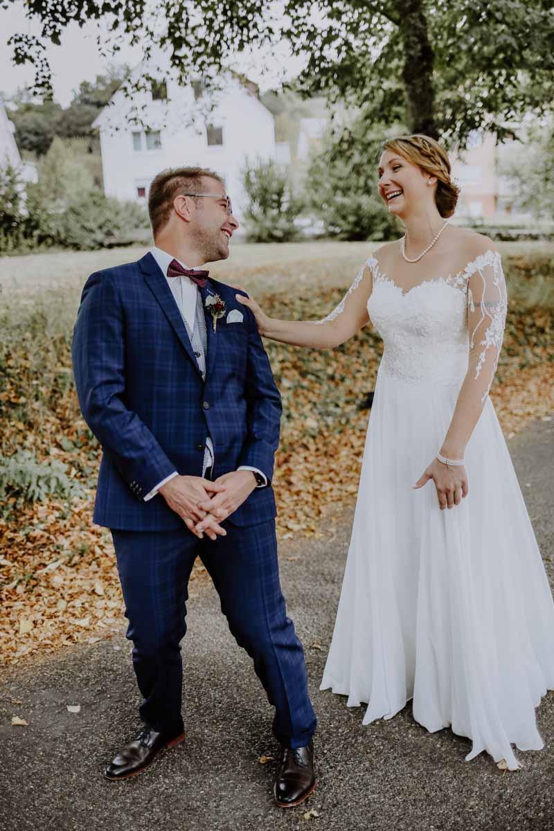 Bräutigam mit blauem Anzug sieht seine Braut