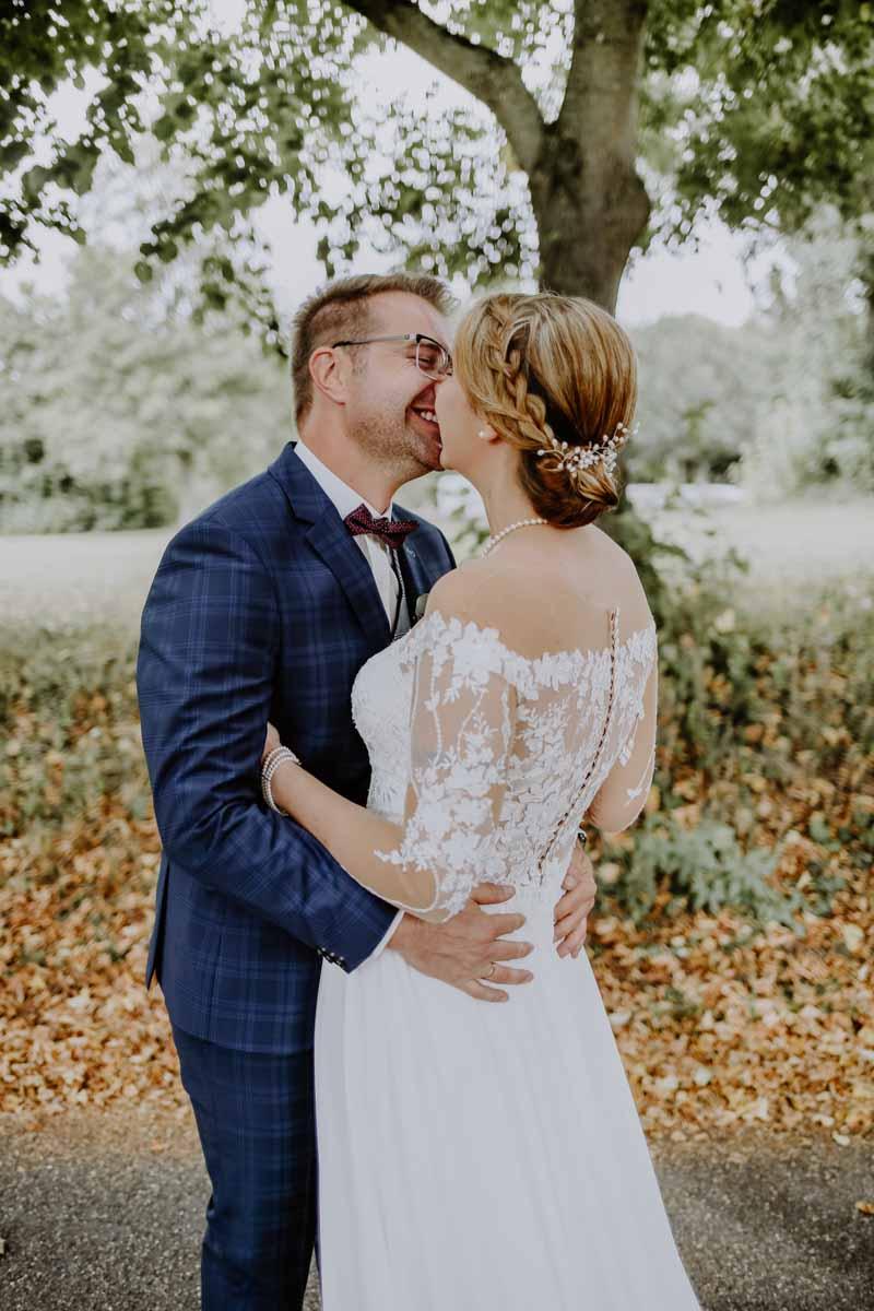 Küssendes Paar im Park