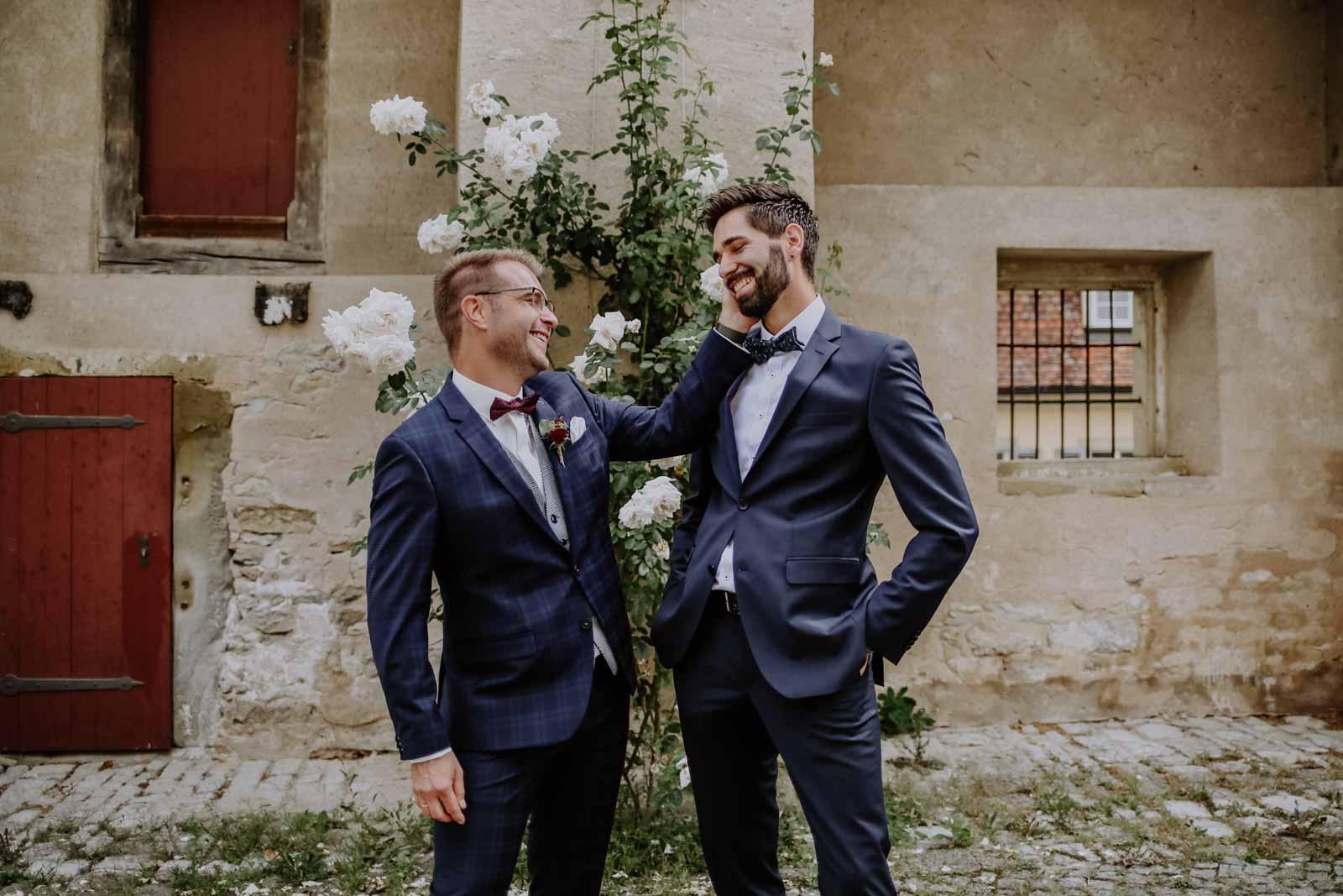 Zwei Männer im blauen Anzug
