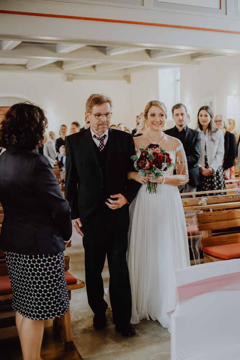 Vater und Tochter laufen in die Kirche ein