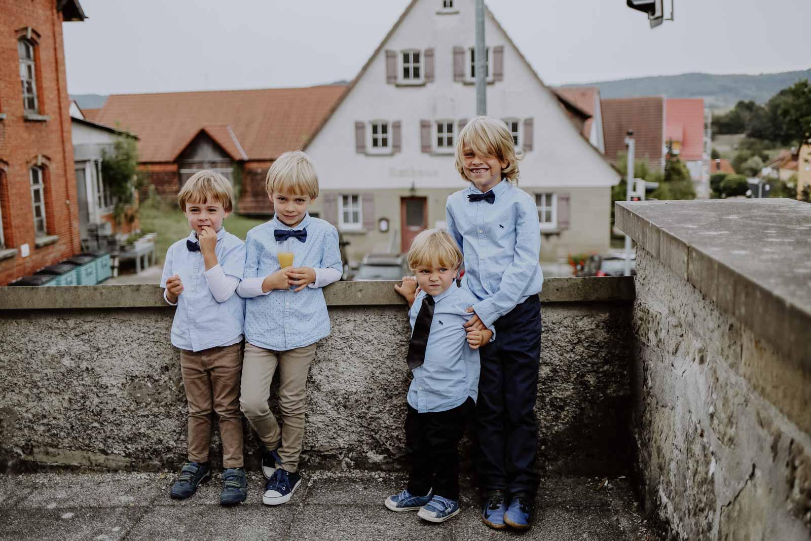 Kinder in blauen Hemden und Fliege