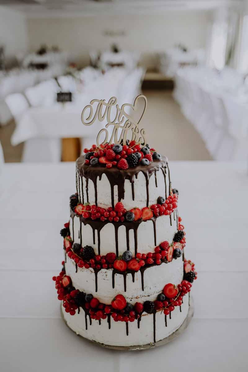 Hochzeitstorte mit roten Früchten