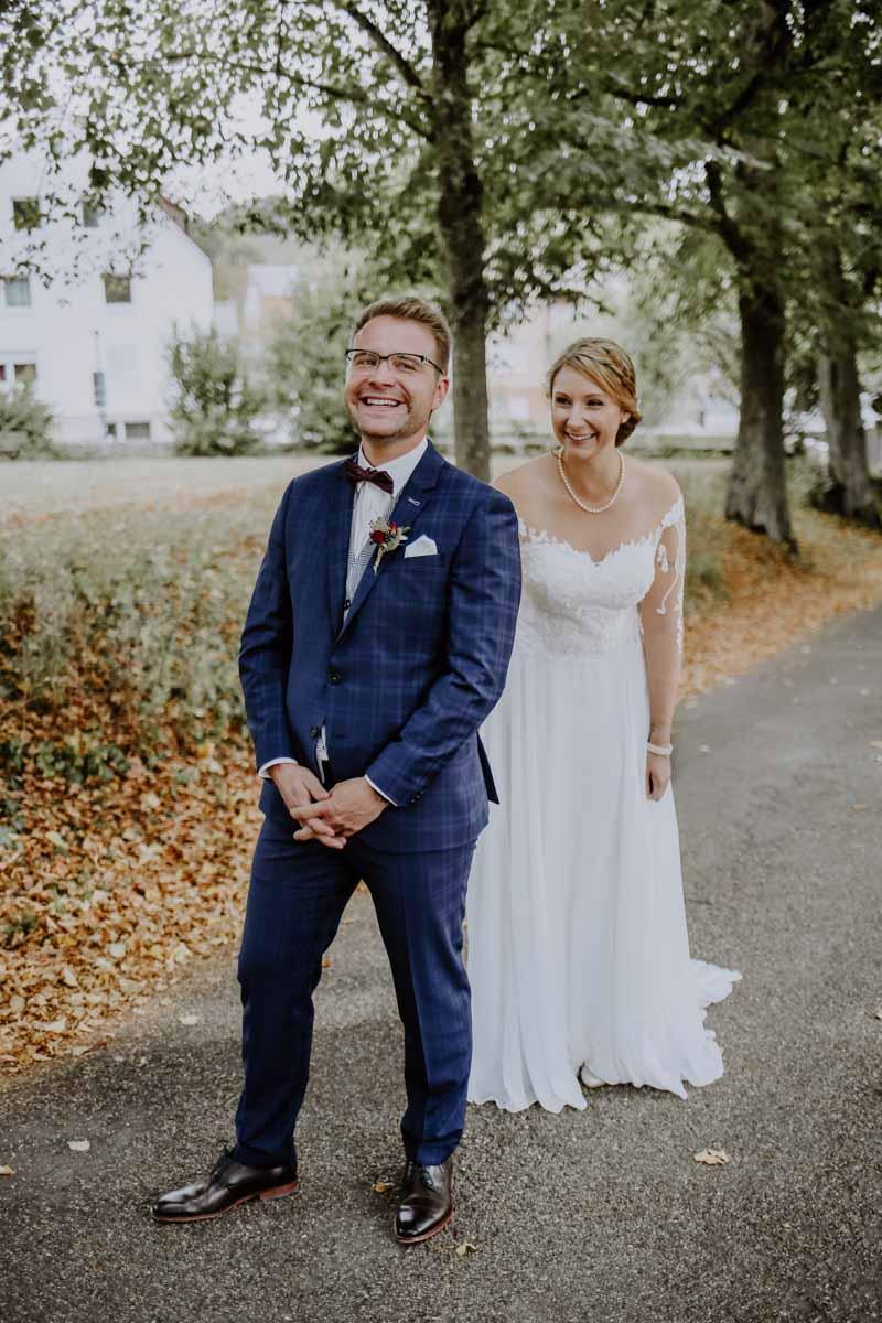 Braut überrascht ihren Mann im Park