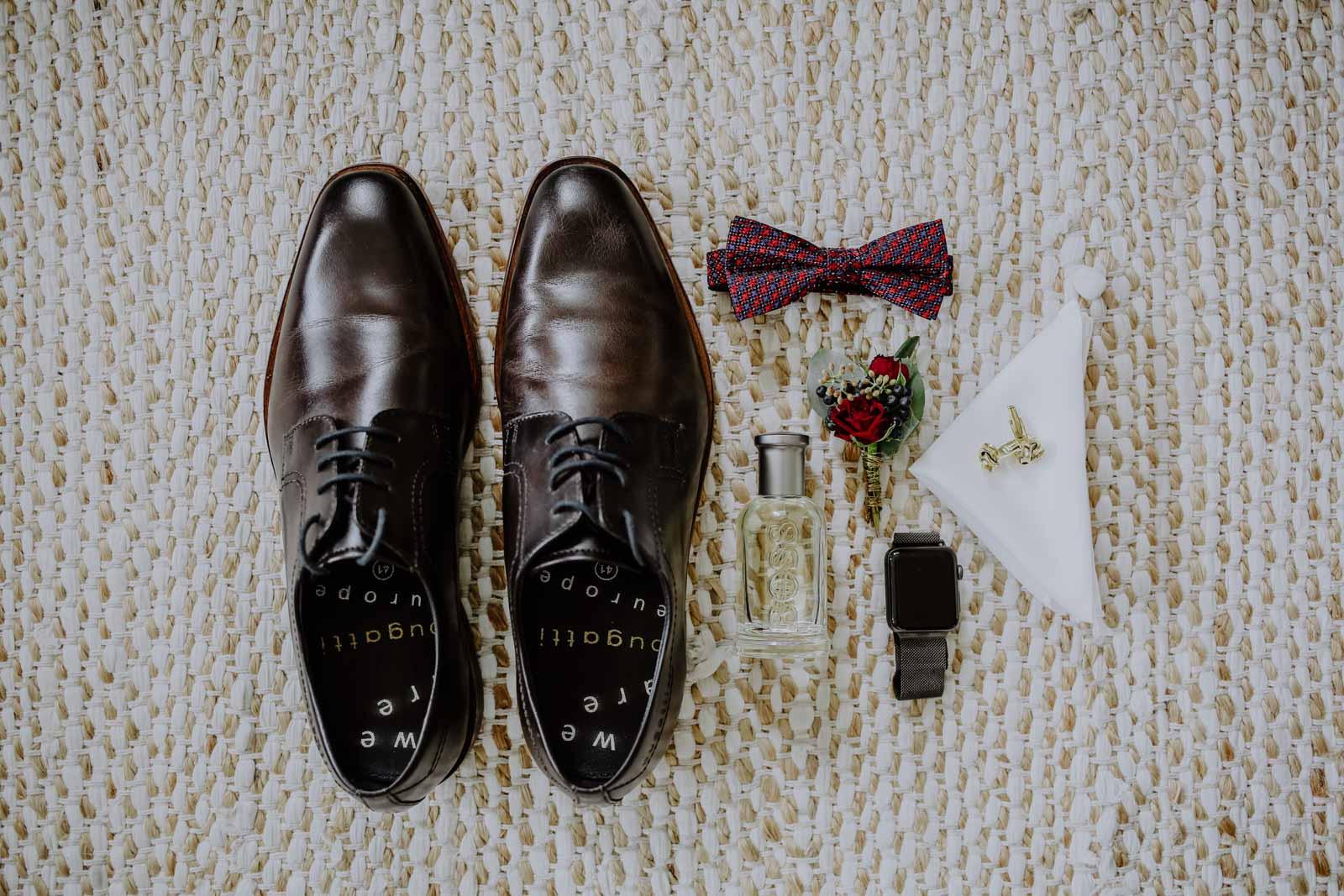 Schuhe mit Fliege und Parfum