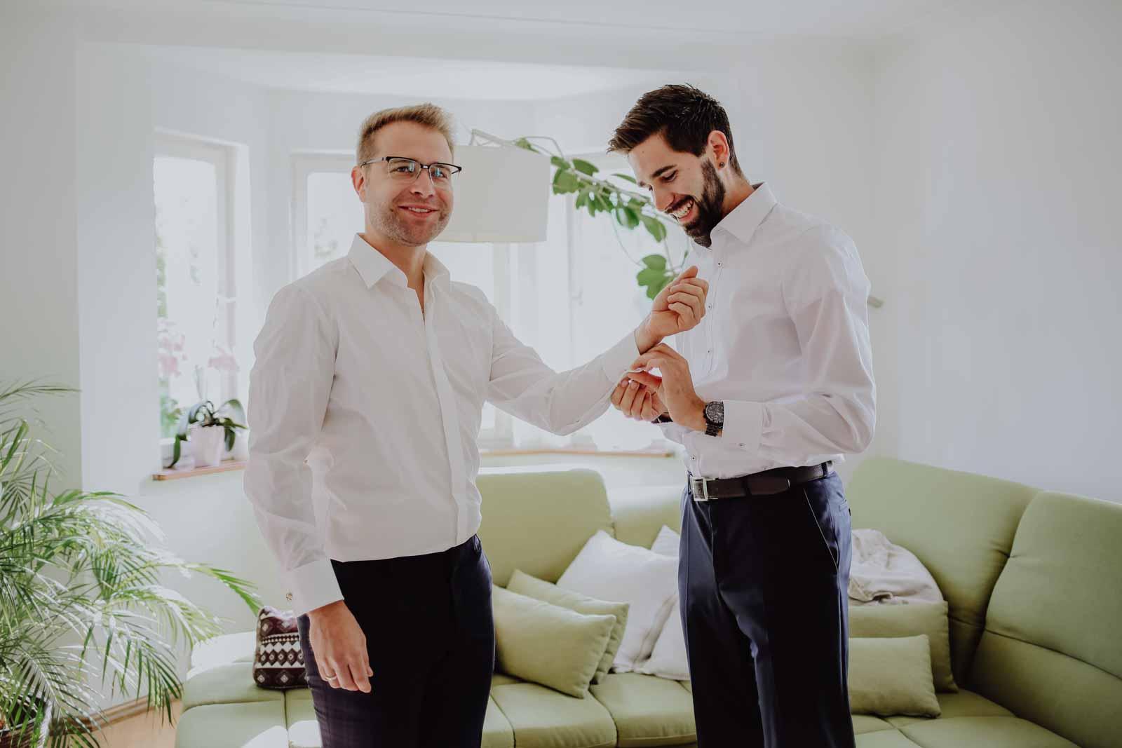 Zwei Männer stehen im Wohnzimmer