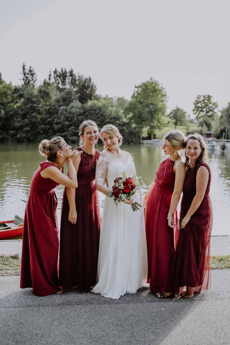Trauzeuginnen in rotem Kleid am See