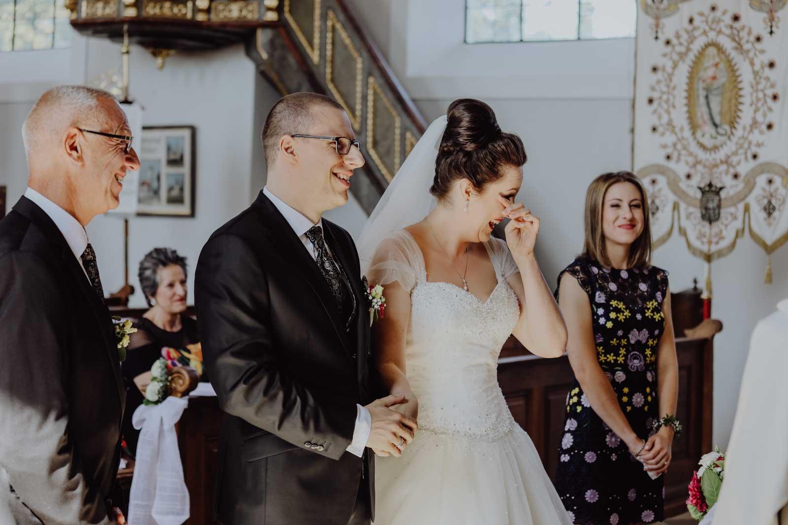 Lachendes Brautpaar am Altar