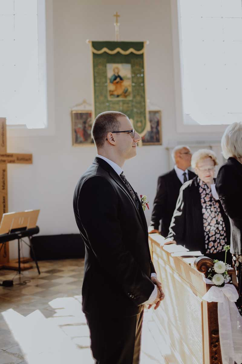 Bräutigam erwartet seine Braut in der Kirche