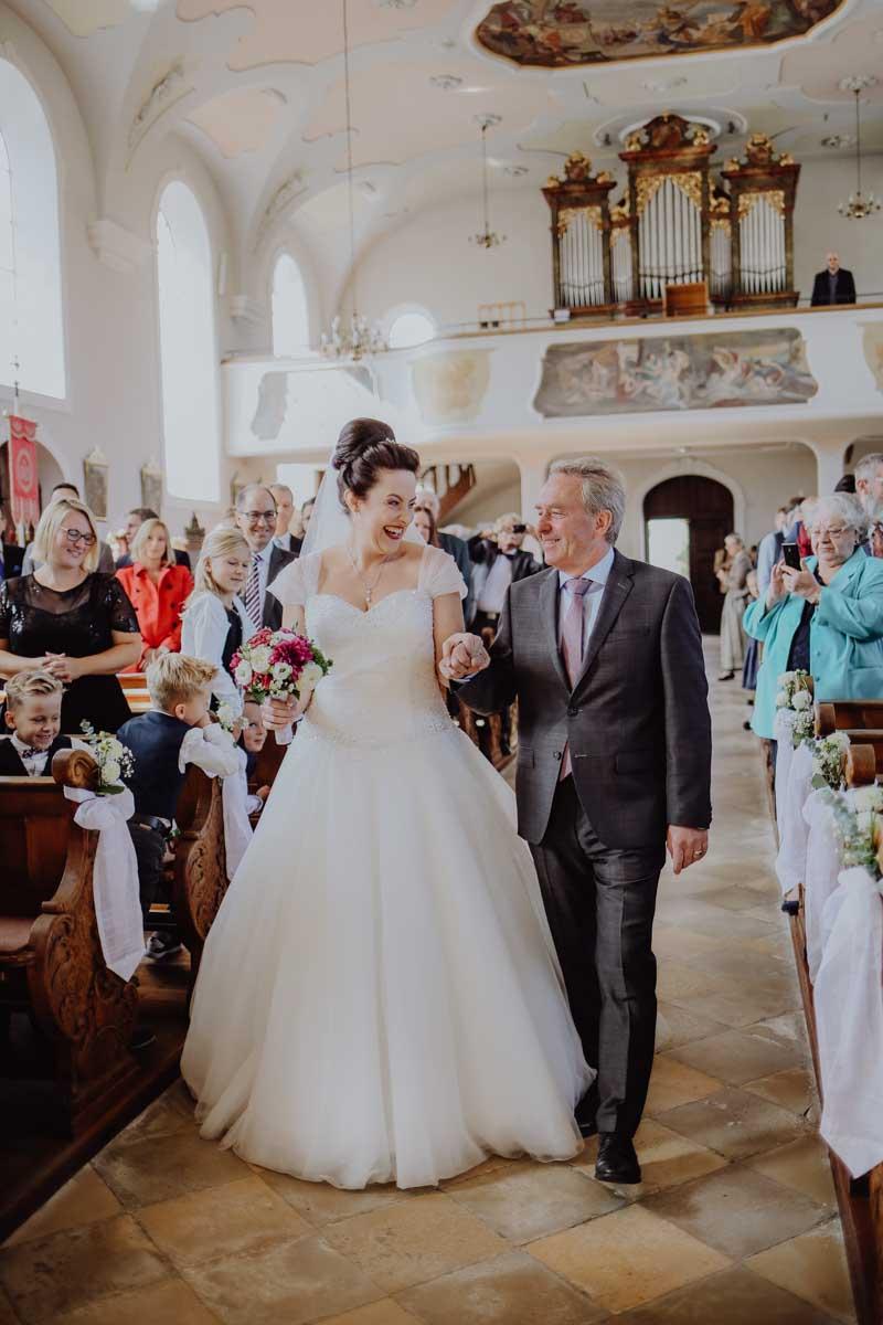 Braut und Brautvater in der Kirche