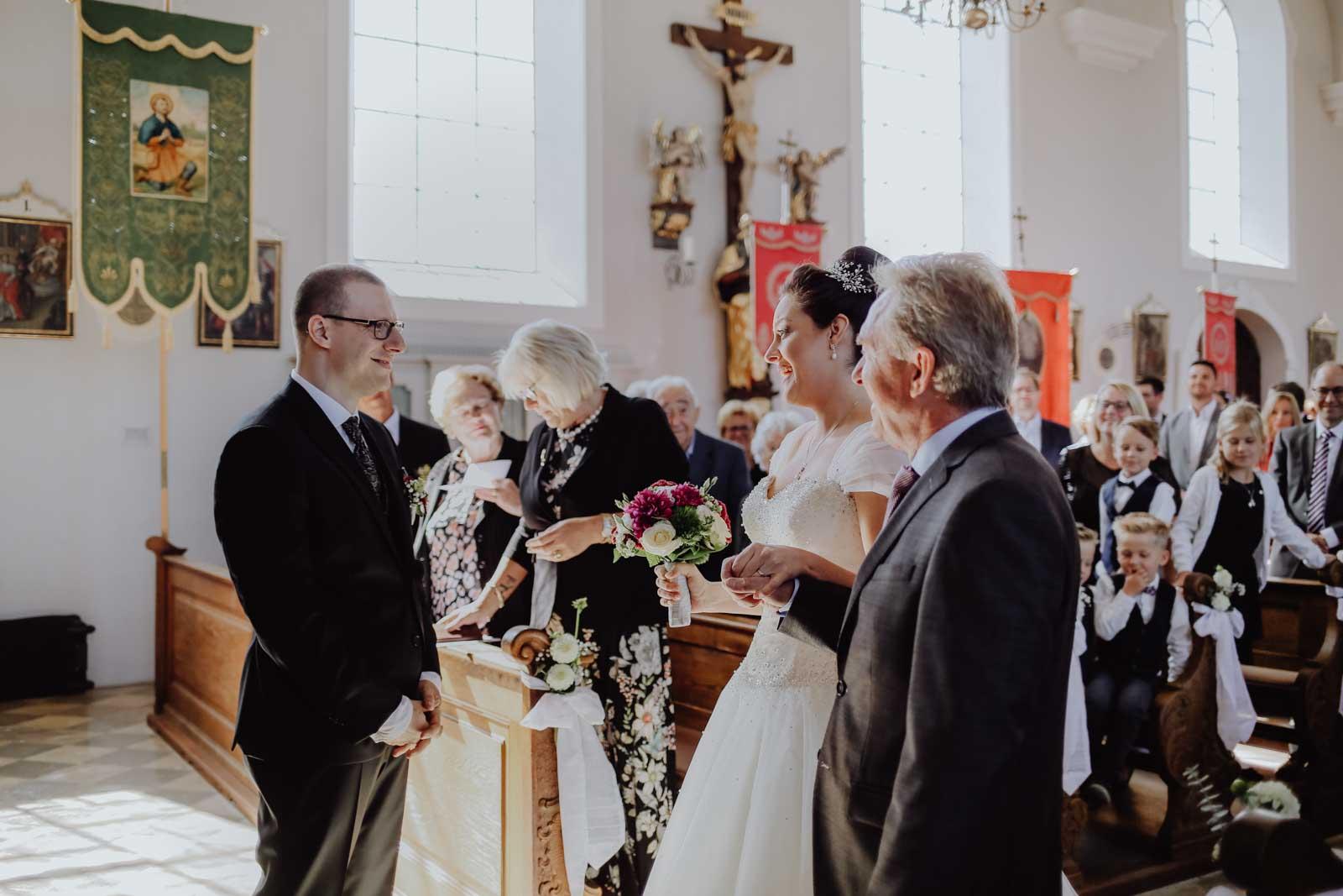 Brautvater übergibt die Braut