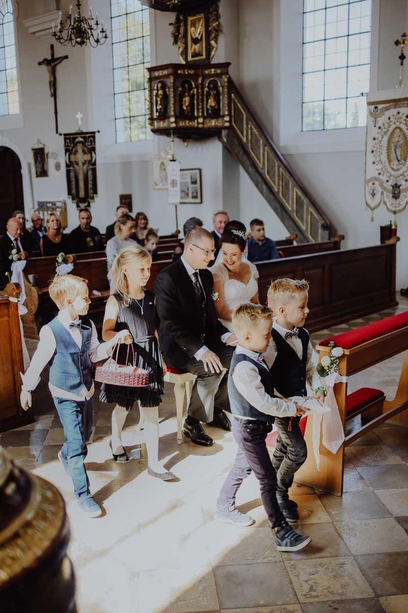 Kinder bringen Ringe zum Altar