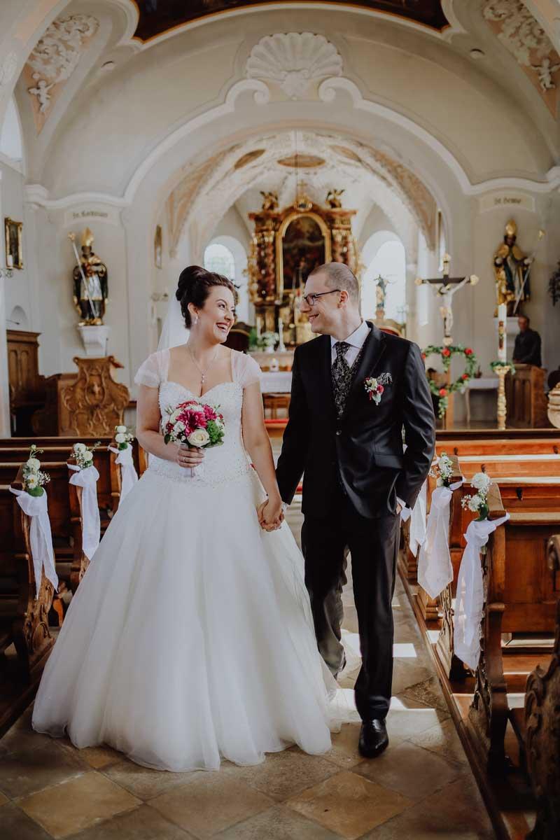Glückliches Brautpaar beim Anzug