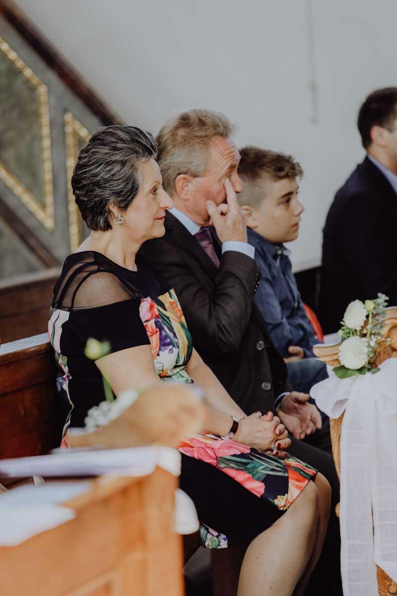 Ergriffene Brauteltern in der Kirche