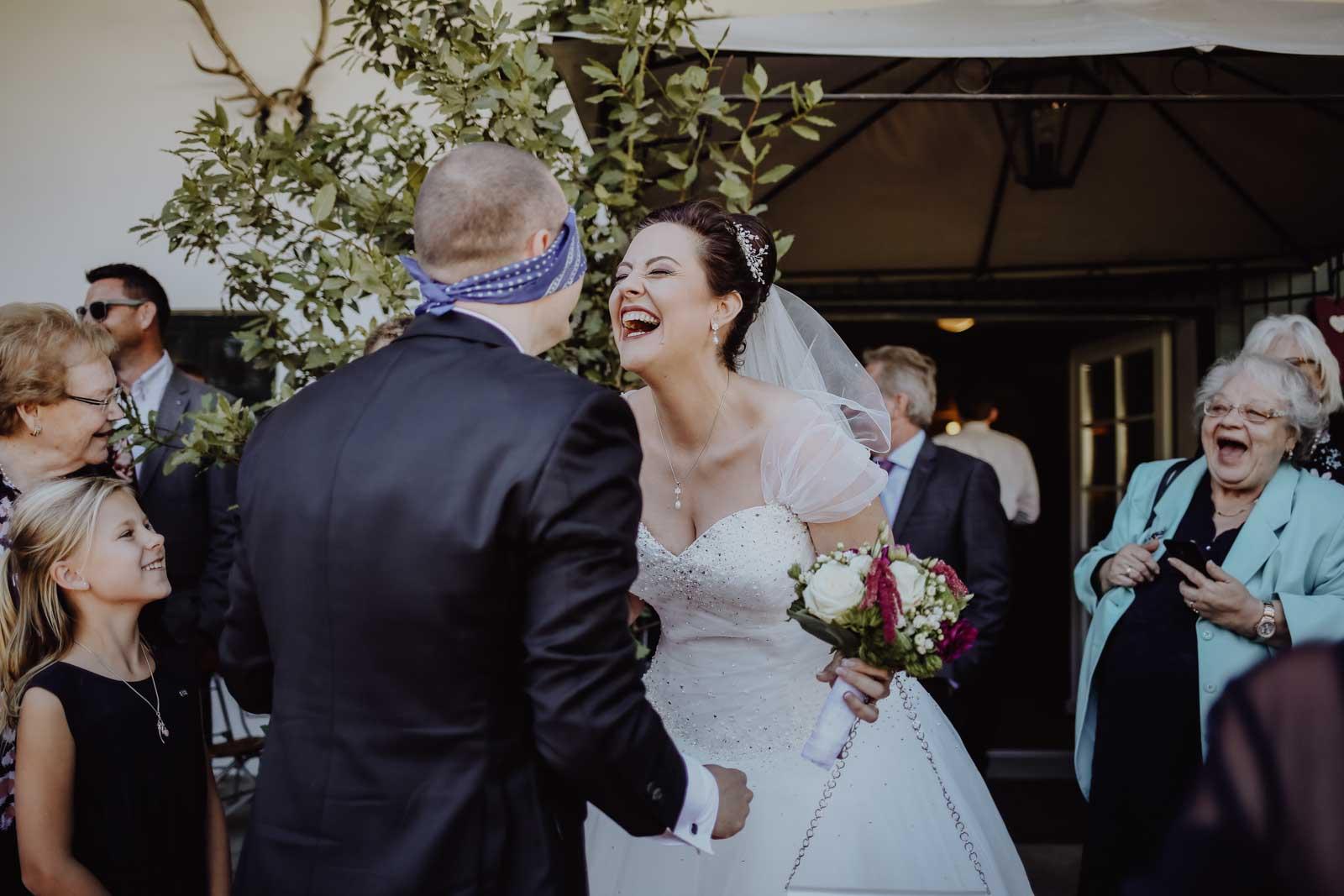 Braut lacht ihren Mann an