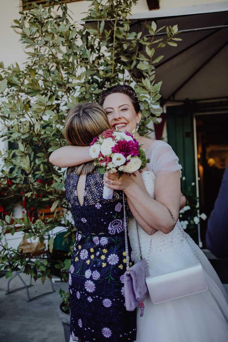 Braut umarmt Frau