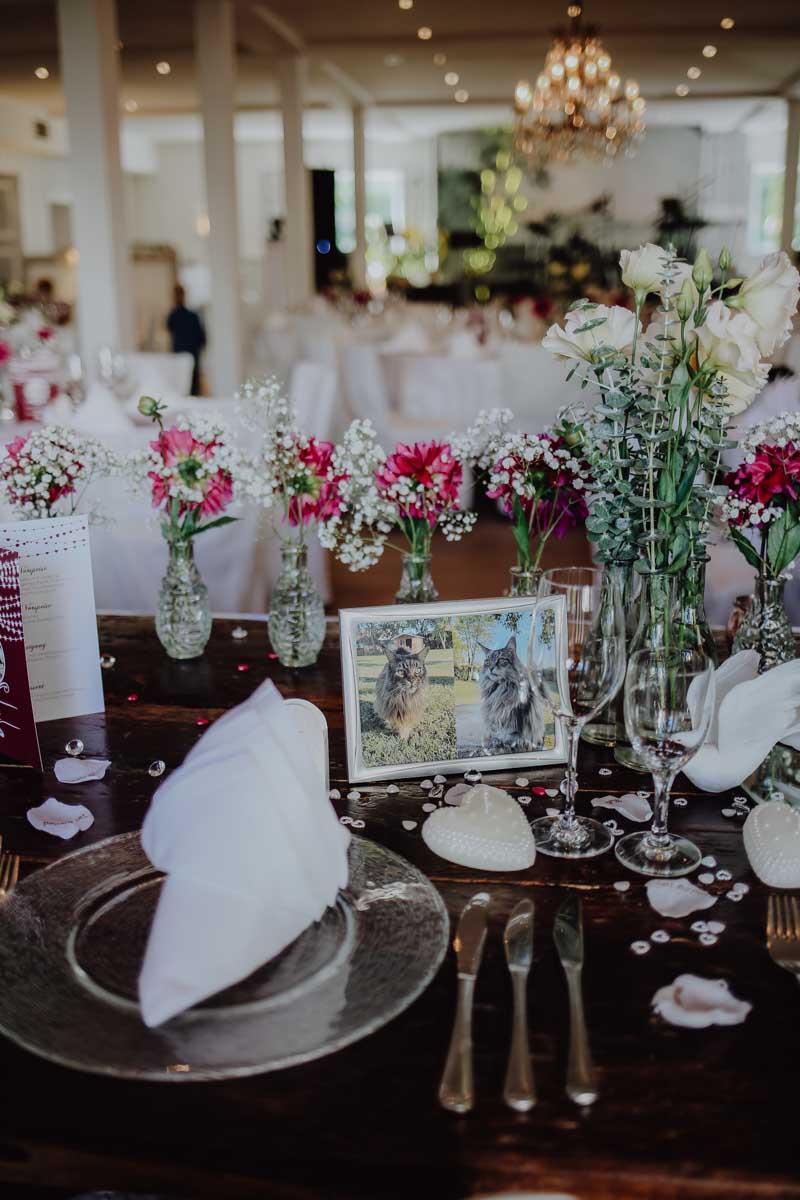 Gedeckter Tisch mit pinken Blumen