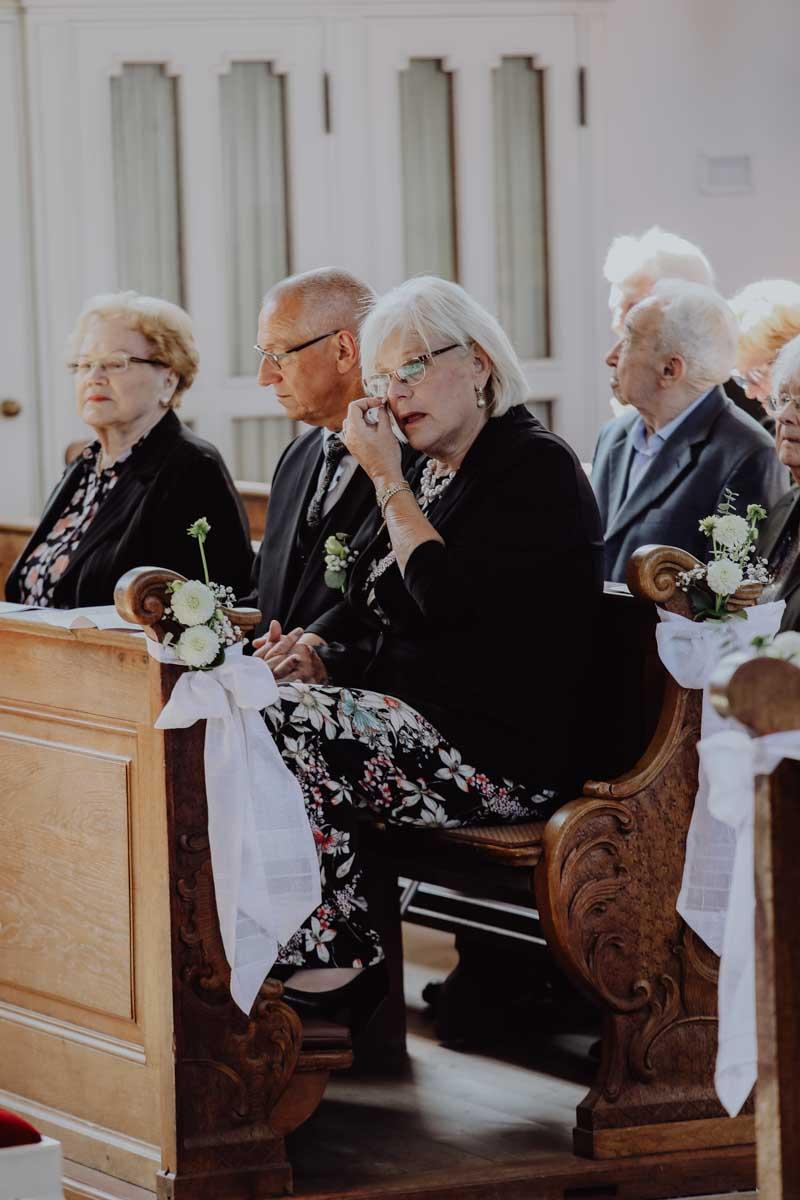 Menschen sitzen auf den Kirchenbänken