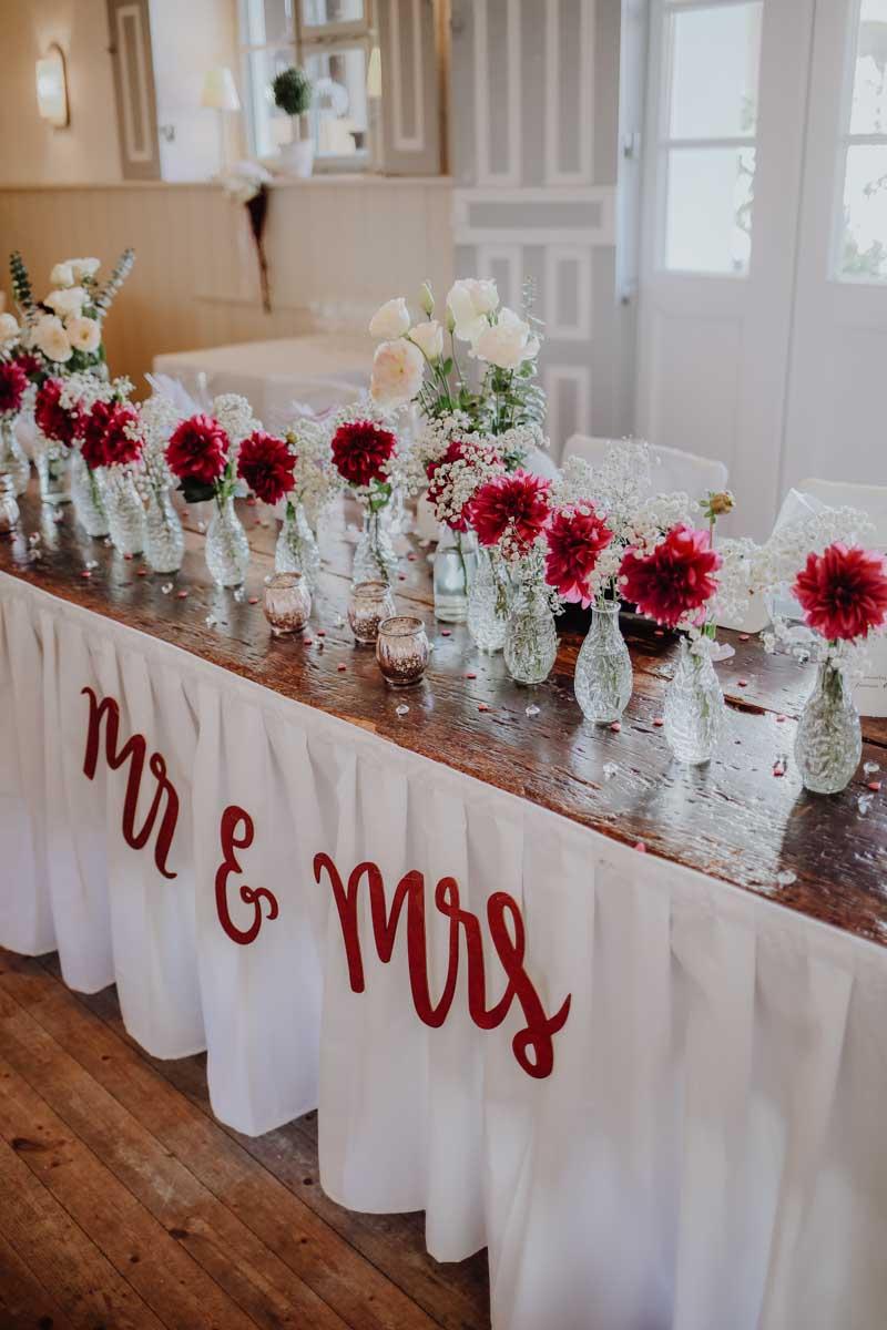 Blumenvasen auf Tisch