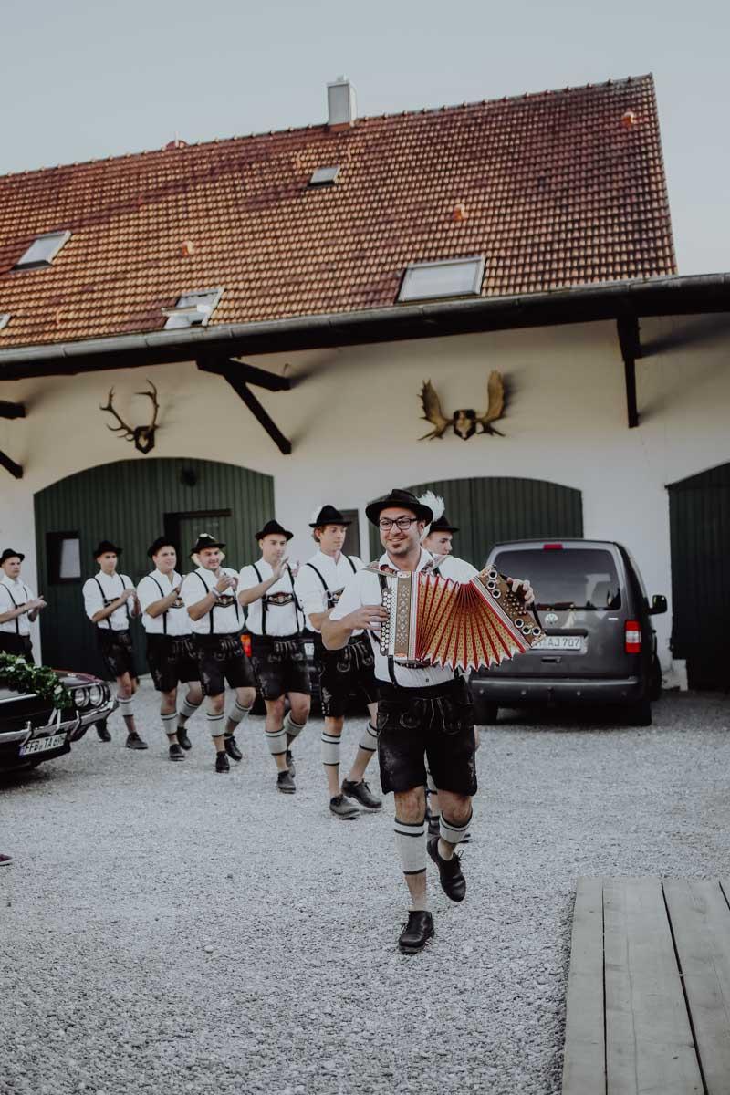 Musikanten laufen über einen Hof