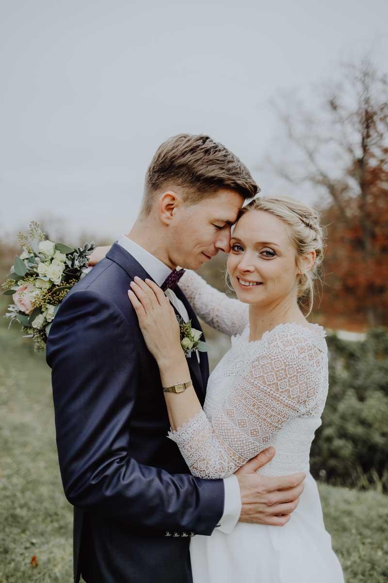 Braut umart Bräutigam innig