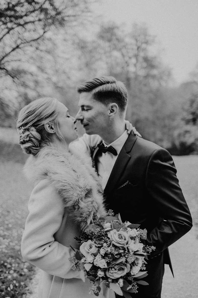Mann und Frau küssen sich im Park