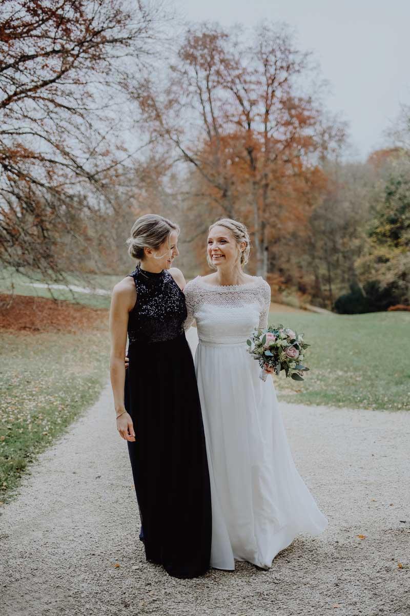 Braut mit Trauzeugin