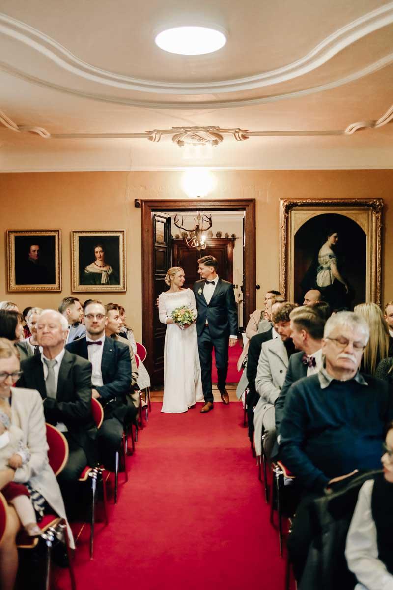 Brautpaar betritt den Trausaal