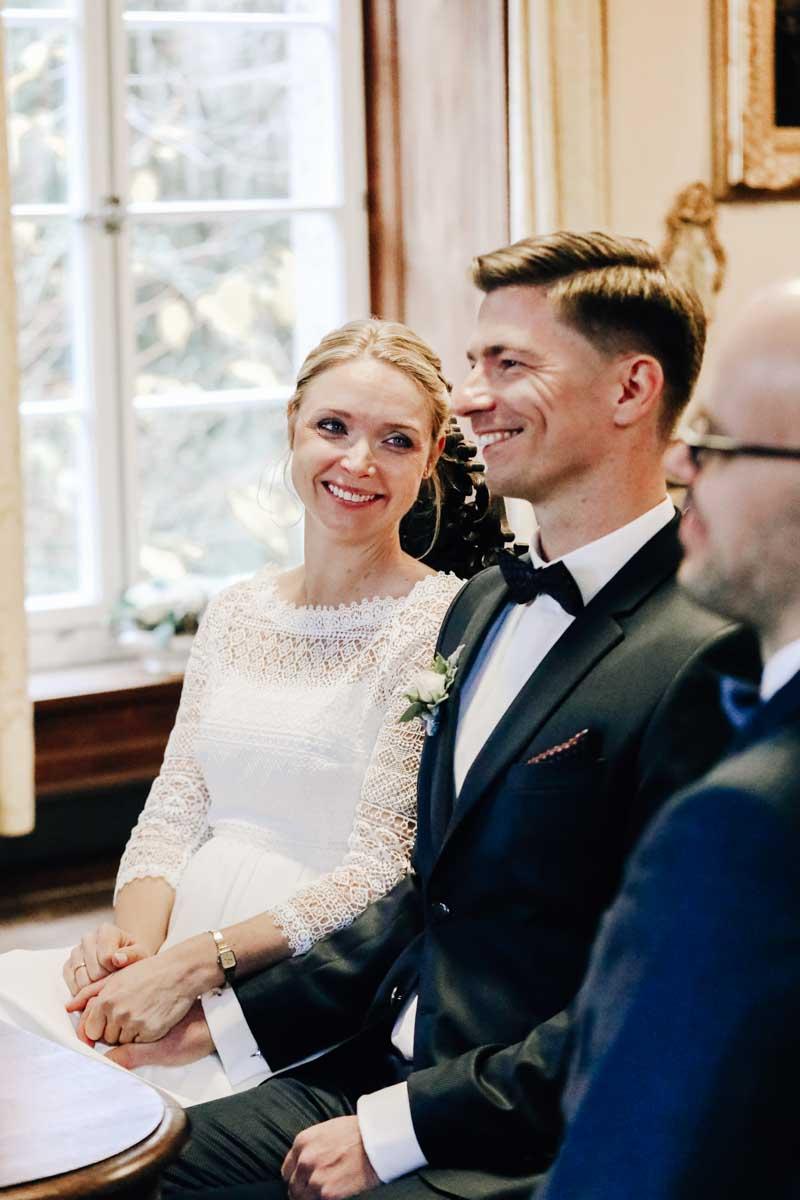 Frau lacht ihren Mann an