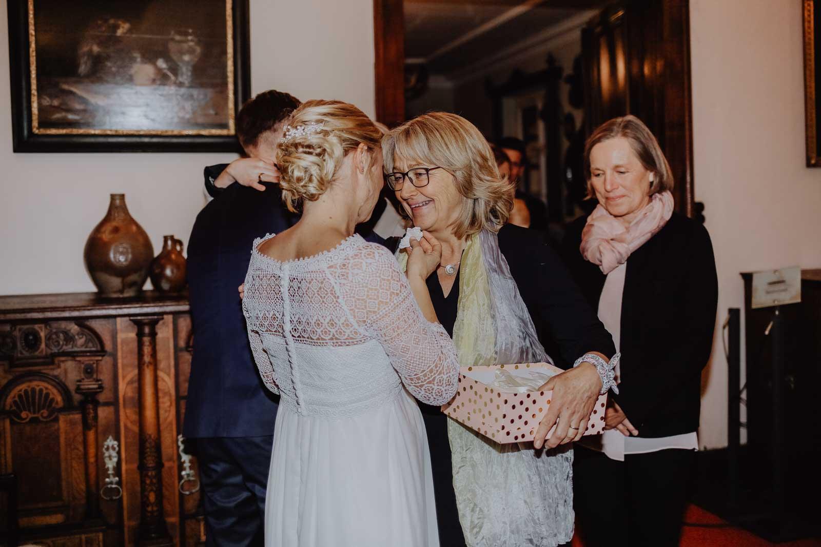 Frau möchte Braut umarmen