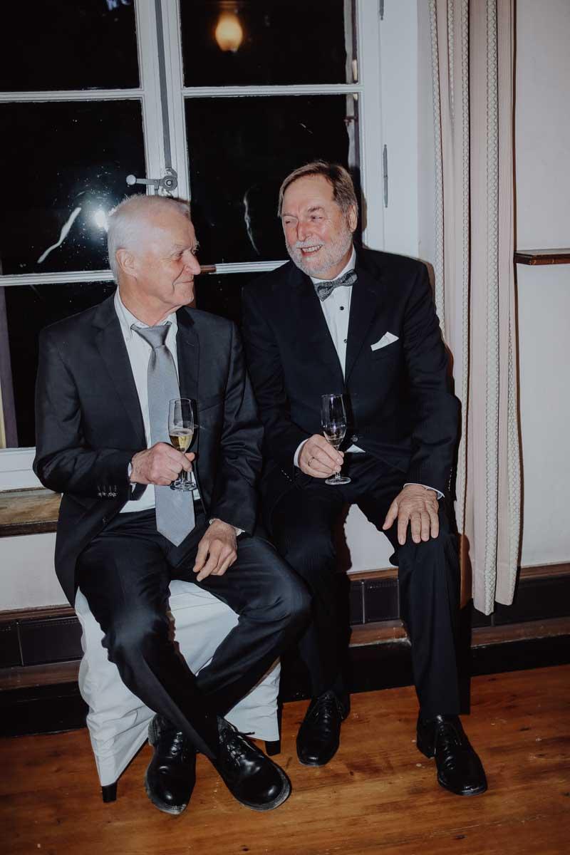 Zwei Männer mit Sektglas