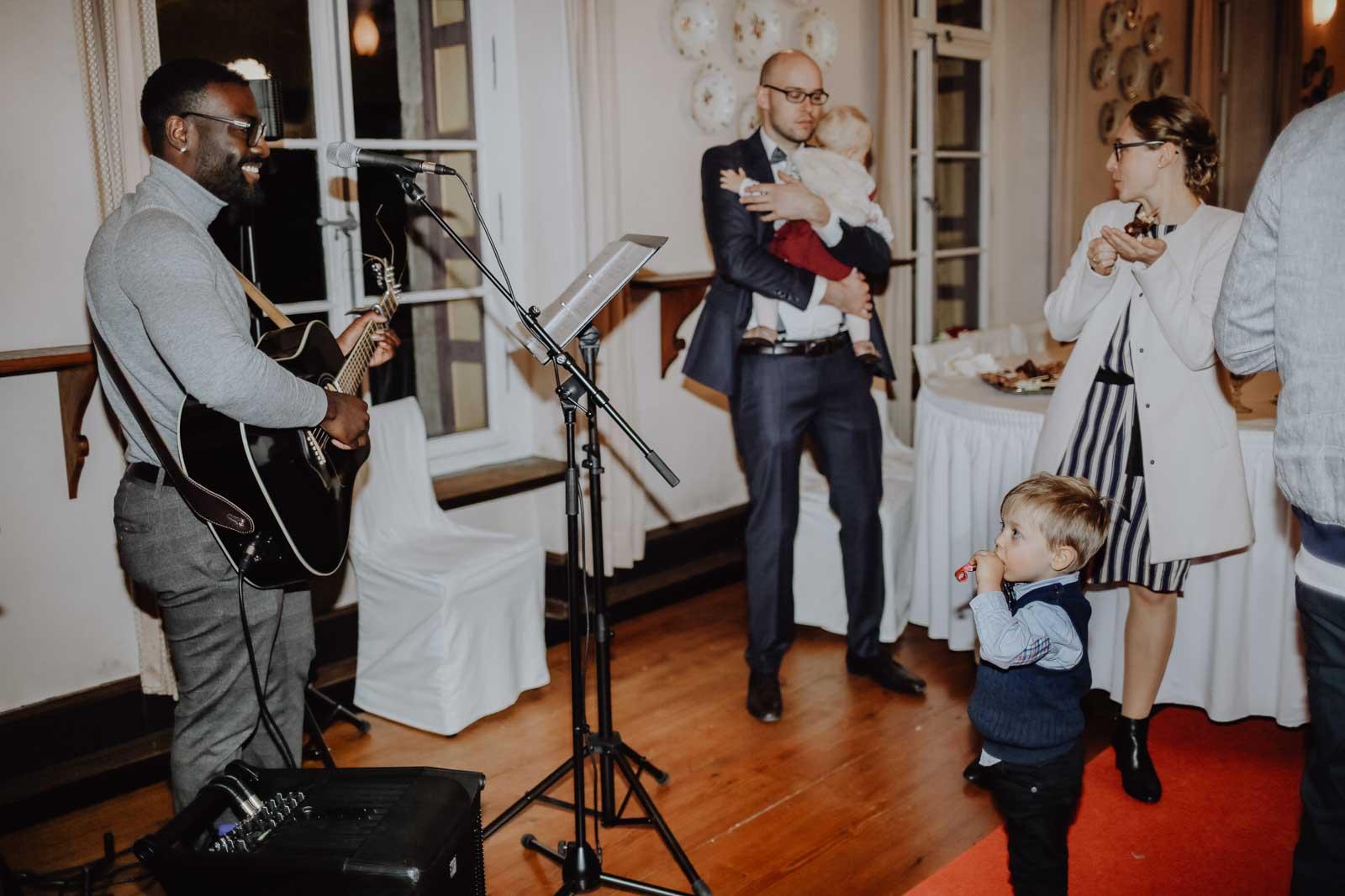 Kind tanzt zur Musik vom Sänger