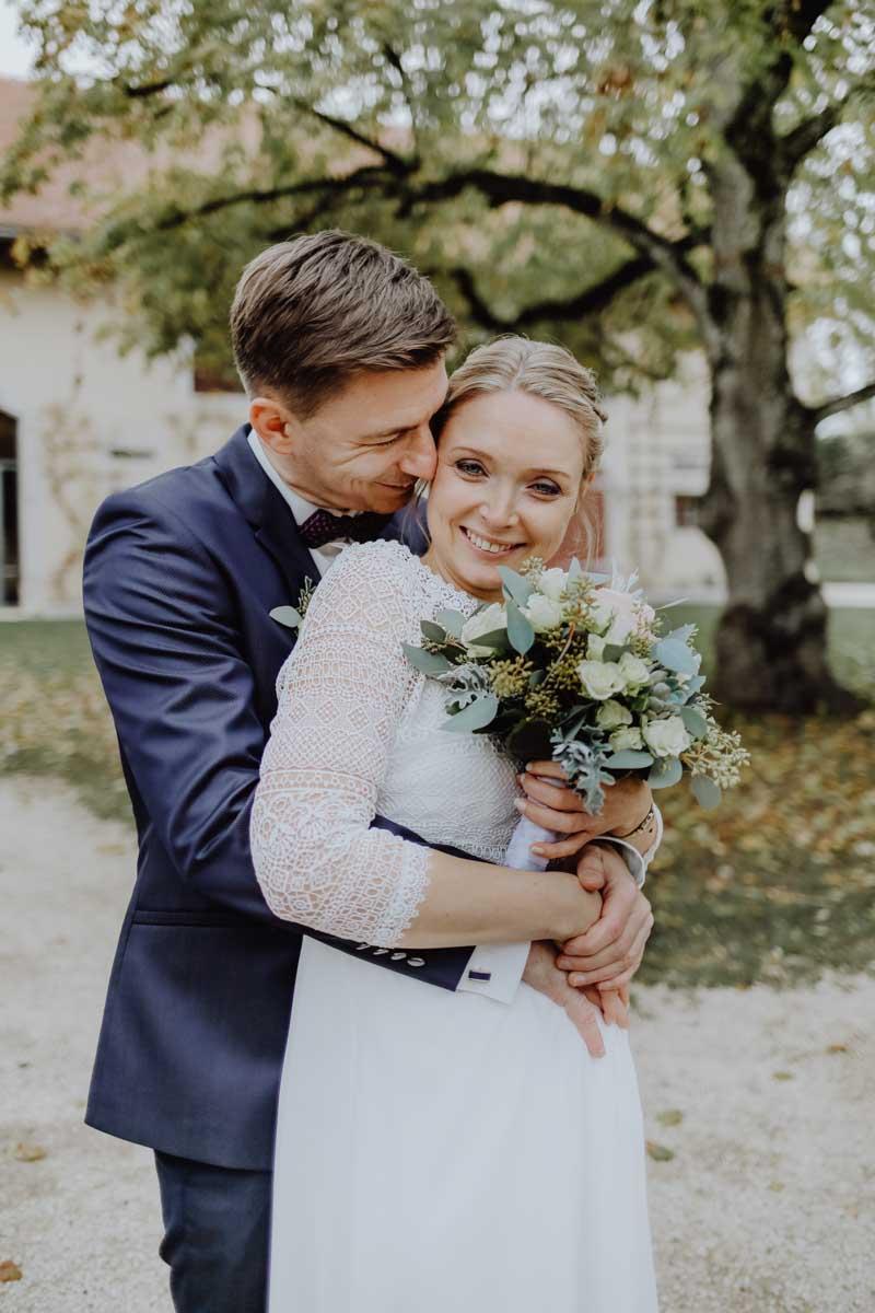 Bräutigam und Braut mit Brautstrauß