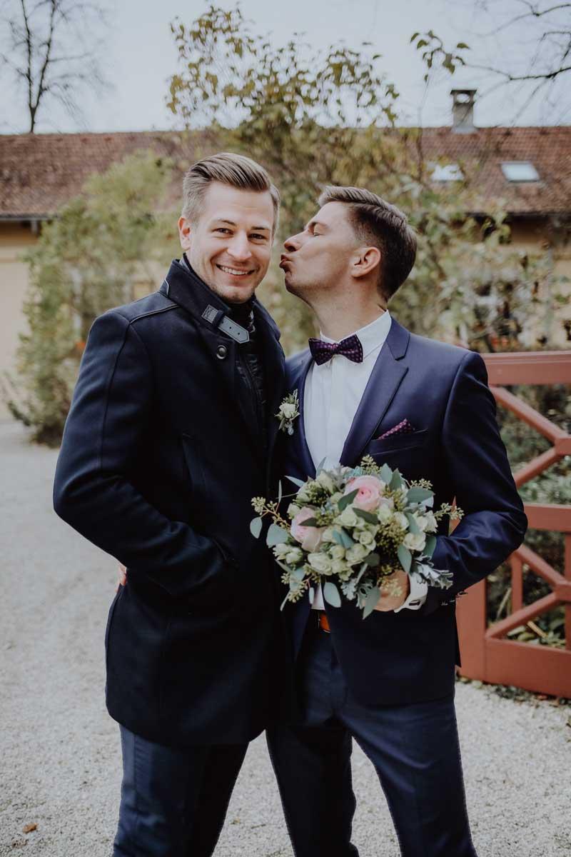 Bräutigam küsst Trauzeuge