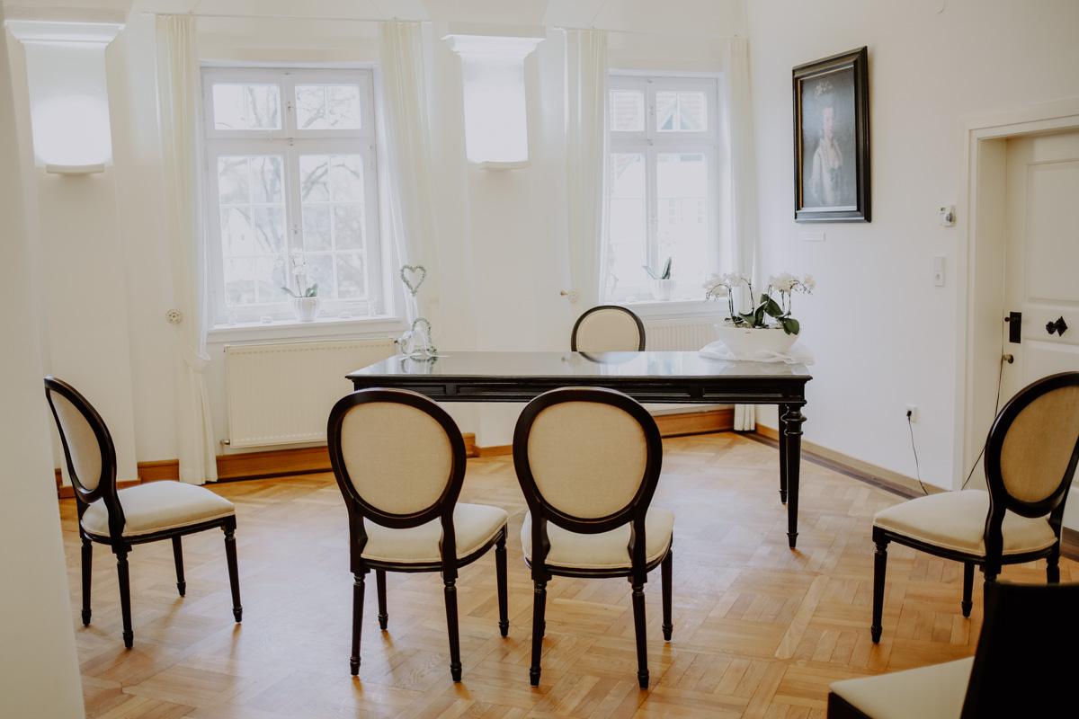 Raum mit Stühlen und Fenstern