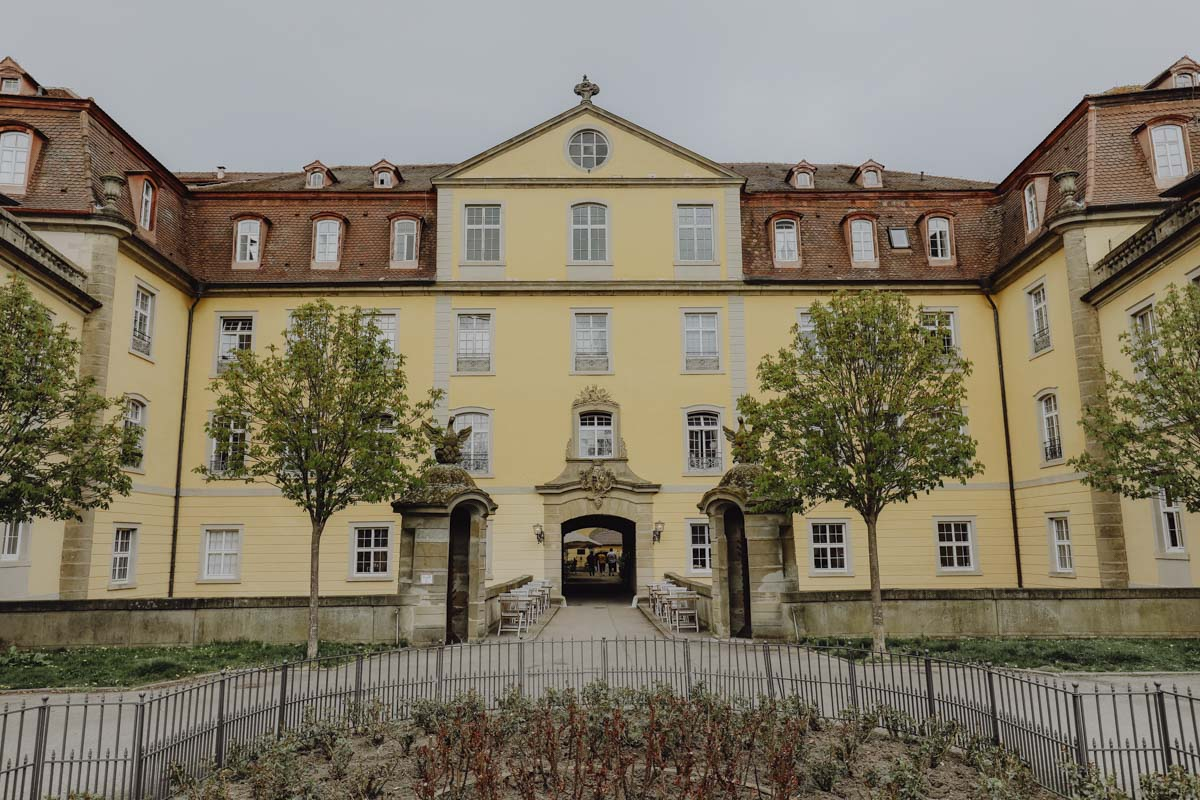 gelbes Schloss mit zwei Bäumen