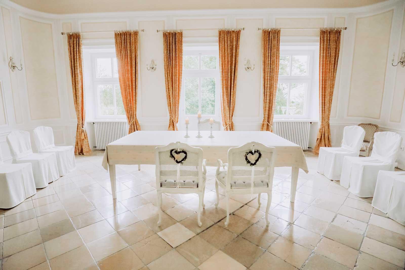 Stühle und Tisch vor Fenster