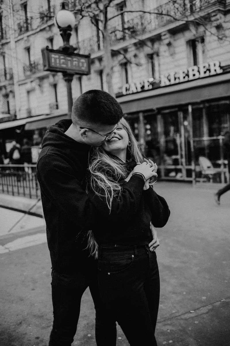 Mann gibt Frau einen Kuss