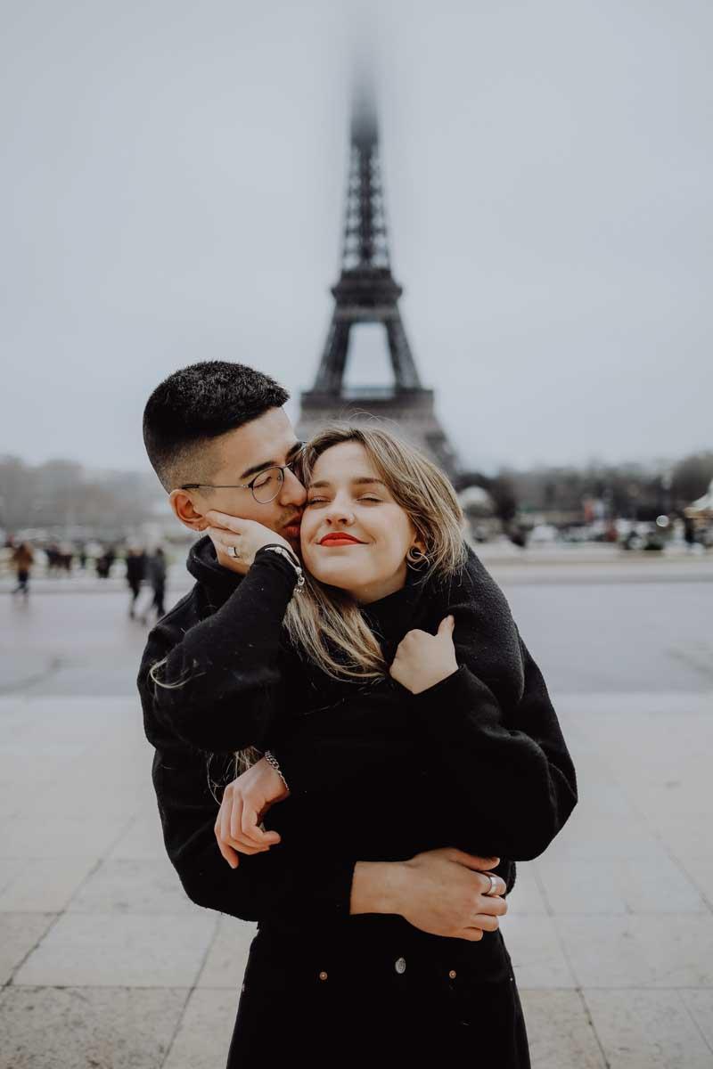 Mann gibt Frau Kuss auf die Wange