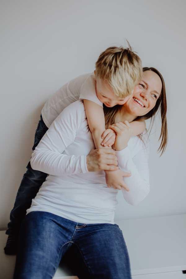 Kind umarmt seine Mutter