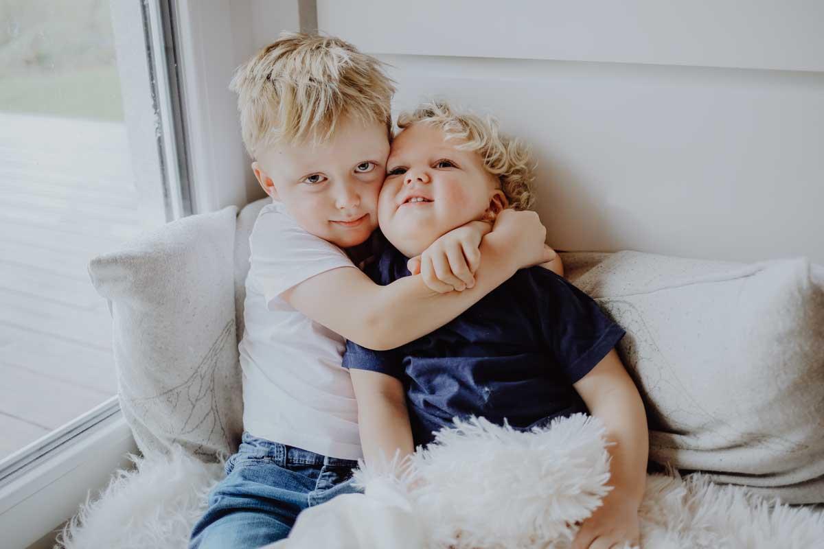 Junge umarmt seinen Bruder