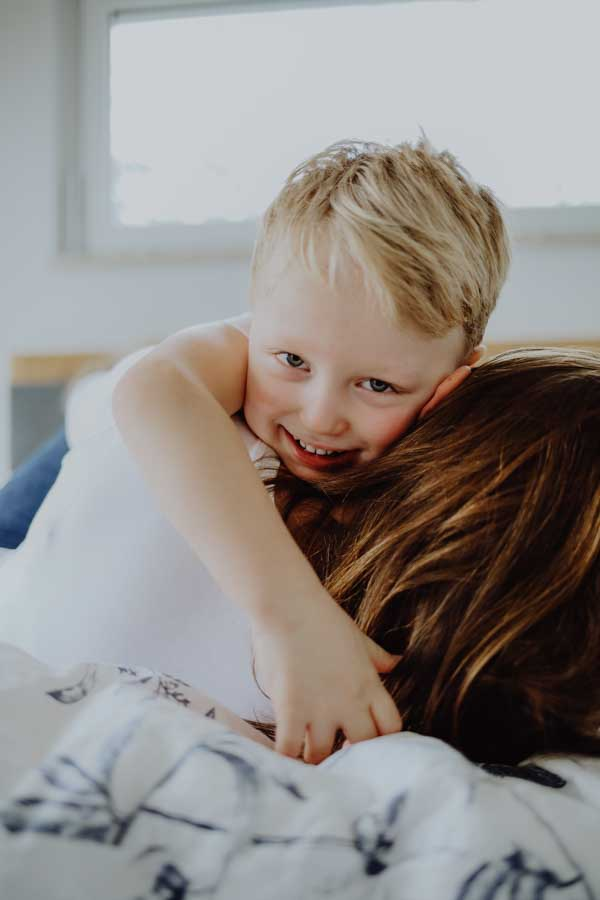 Junge umarmt seine Mama