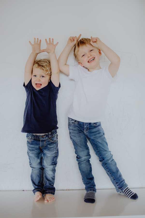 Zwei Jungs machen Quatsch