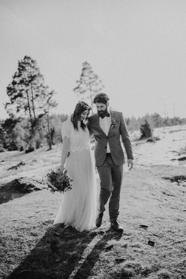 Brautpaar auf Wiese vor Bäumen