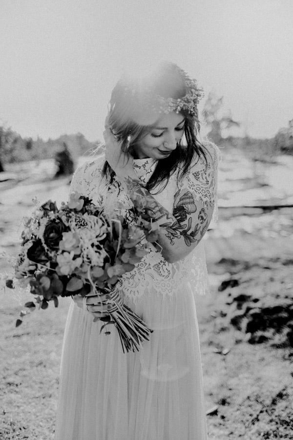 Braut greift sich in ihr Haar